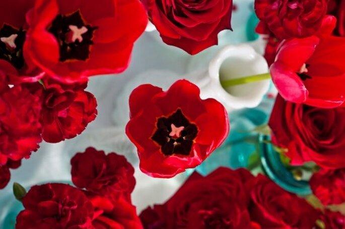 Decora los centros de mesa con el color poppy red - Foto Caroline and Evan