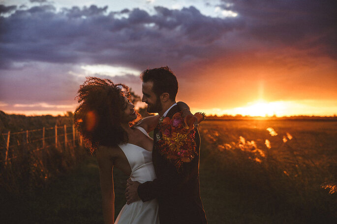 Séance photo d'un couple de mariés au coucher du soleil, en Provence.