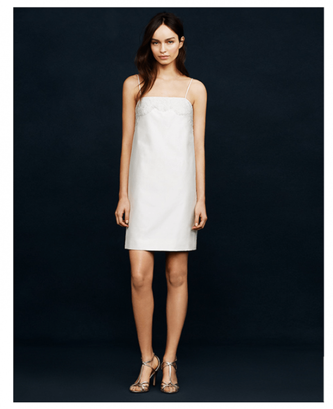 Vestido de novia corto con silueta recta y escote palabra de honor - Foto JCrew