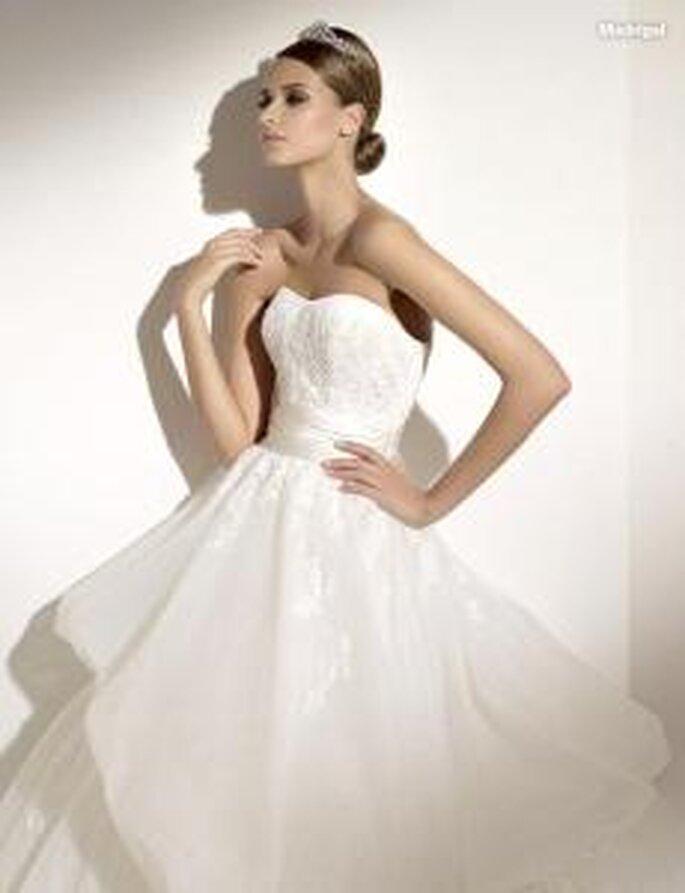 Pronovias 2010 - Madrigal, vestido largo en gasa, corte princesa, palabra de honor recto, fruncidos en falda