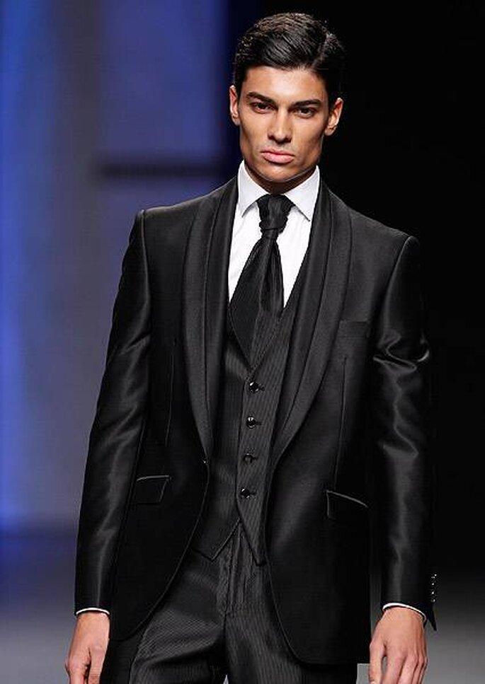 Vestido de novio oscuro con chaleco y camisa blanca. Diseño de Miquel Suay 2013. Foto: Cibeles Madrid Novias