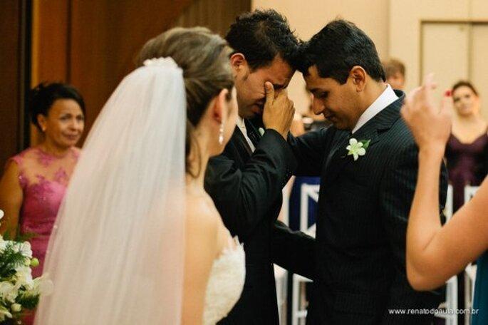 Boutonniere para el novio en la boda. Fotografía Renato DPaula