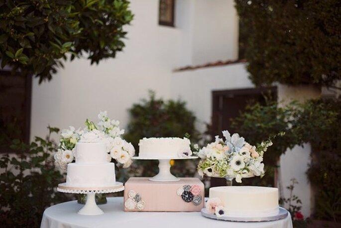 Mesas de postres en color blanco para boda urbana - Foto Stephanie Williams