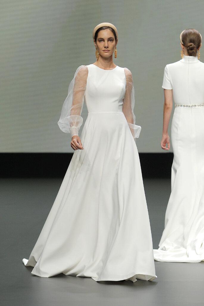Colección Vestido de Novias 2021 Jesús Peiró vestido de novia en corte barco con falda amplia y magas abombachadas de transparencia
