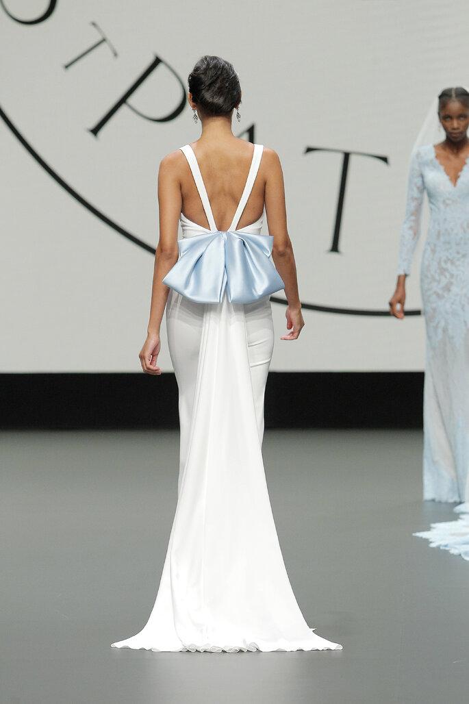 Barcelona Bridal Fashion Week St Patrick vestido de novia parte trasera con espalda de tirantes decorada por un gran moño azul