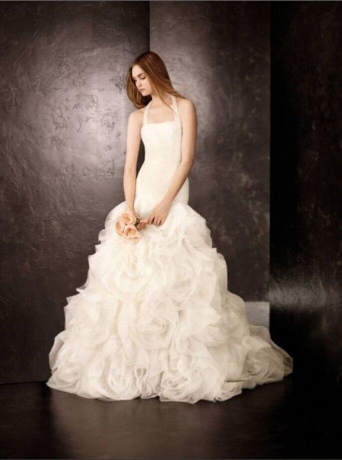 Vestido de novia romántico con grandes flores en la falda por Vera Wang - Foto David's Bridal