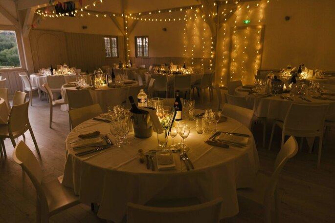 Salle de réception tapissée de guirlandes lumineuses.
