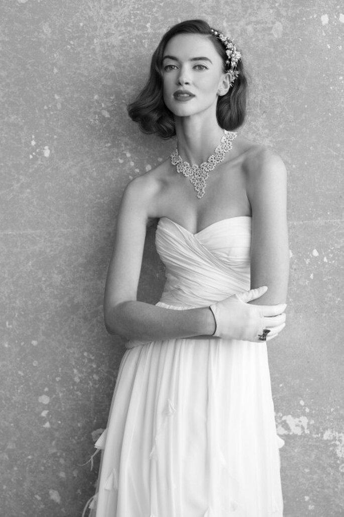 Besonders kurze Brauthandschuhe setzen einen trendigen Kontrast zum langen Brautkleid – Foto: bhldn