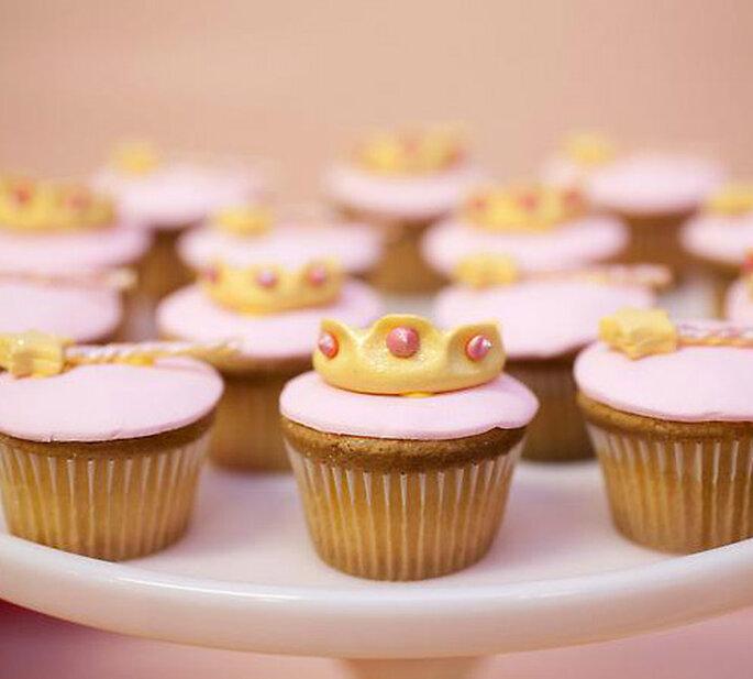 Cupcakes con corona per sentirti una regina il giorno delle tue nozze!Foto: Amy Atlas