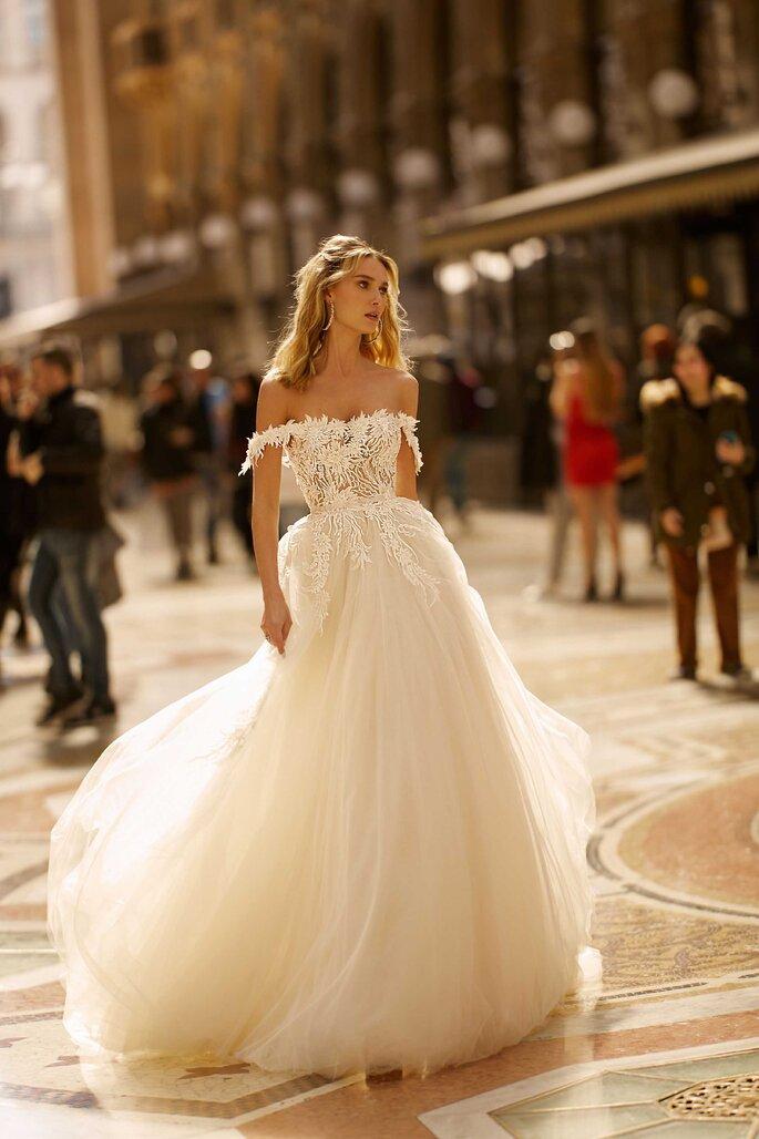 Vestido de novia con hombros caidos, apliques florales y falda con volumen en tul