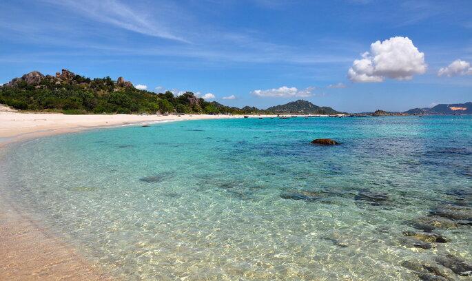 Praia no Vietnam água transparente ilha areal vazio