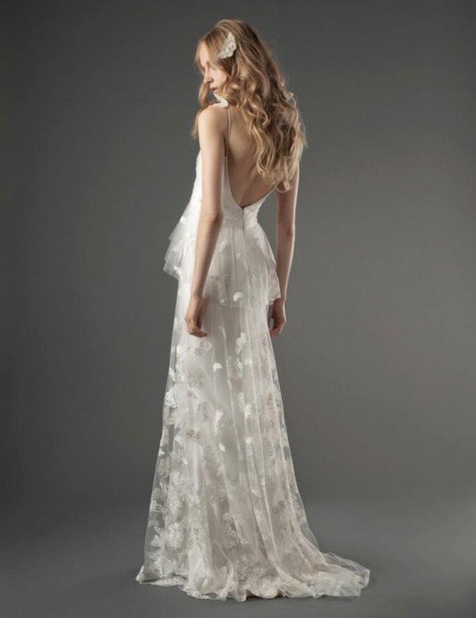 Vestido de novia romántico con silueta peplum, escote en la espalda y estampados de mariposas en el textil - Foto Elizabeth Fillmore