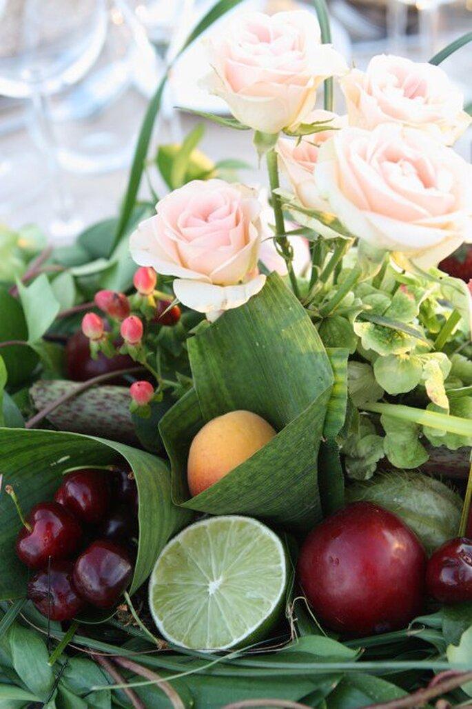 Coloridos centros de mesa con flores y frutas. Foto: www.verdepimienta.es