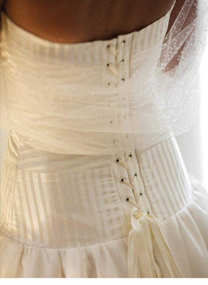 O Portais robe bustier en satin de soie rayé à bandes, jupe en soie sauvage et organza, étole à gouttes photo JC leroy
