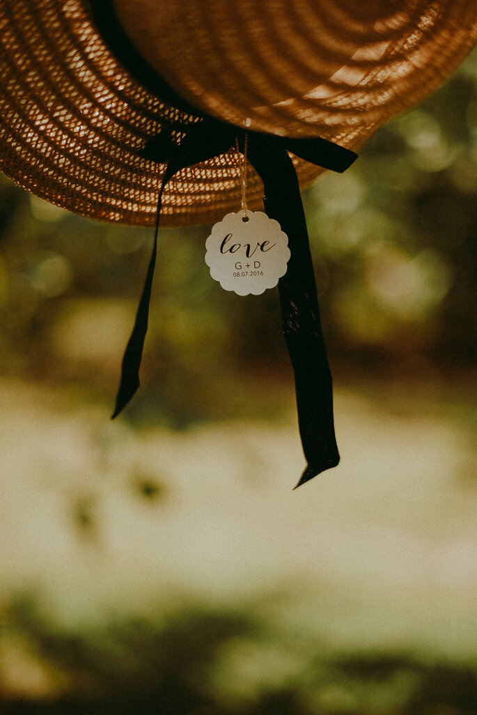 cadeau invité chapeau de paille- mariage champêtre en Lot-et-Garonne dans le jardin familial