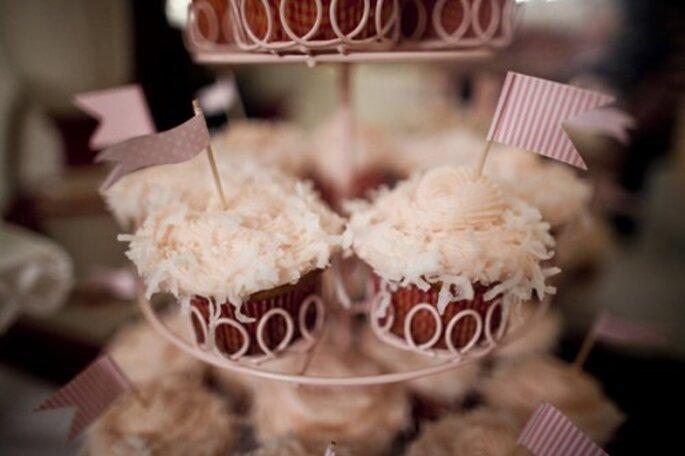 Sorprende a tus invitados con una mesa de postres llena de cupcakes - Foto Millie Holloman