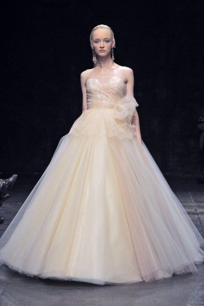 Vestido de novia corte princesa con matices en tonos nude - Foto Lazaro
