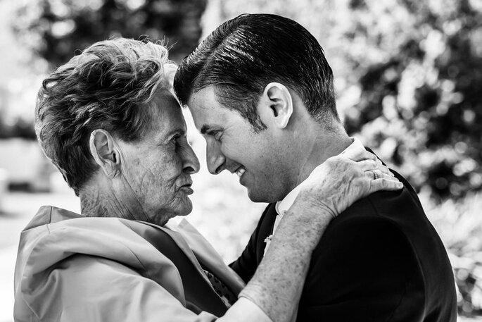 Noivo com avó ou mãe cumplicidade foto preto e branco casamento