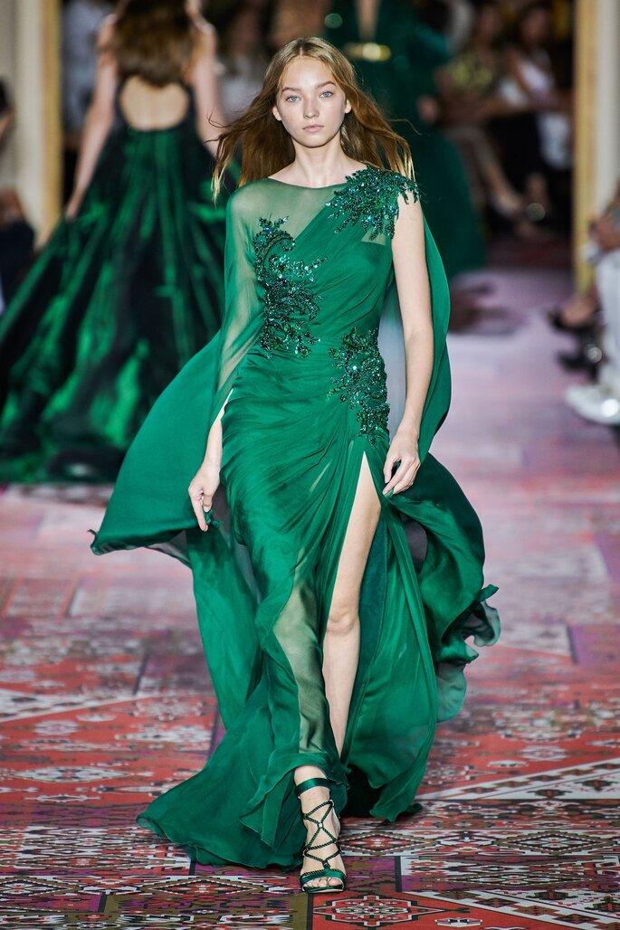 Vestido verde esmeralda con abertura en falda y decorado de piedras