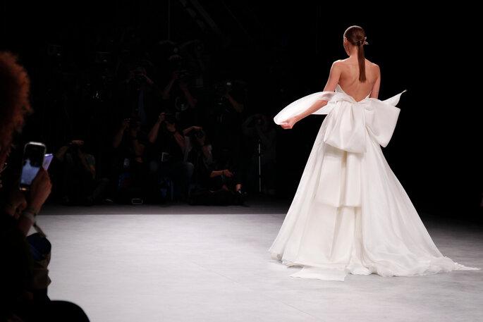 modelo desfilando con un vestido de novia en la barcelona bridal week 2020