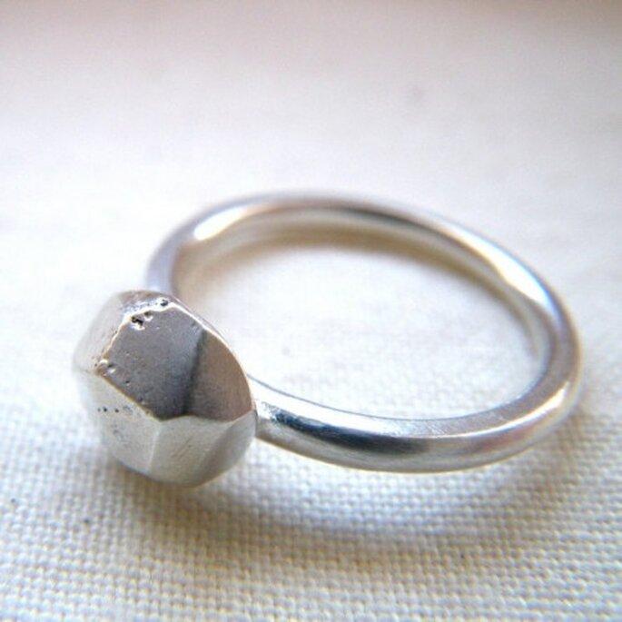 Avec sa large gamme de bagues, Etsy va faire craquer nombre de futures mariées. - Source : hybridhandmade & http://www.etsy.com/listing/74486148/silver-stacker-facet-ring-by-hybrid