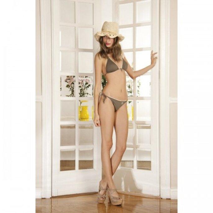Bikini en color arena muy femenino para la playa - Foto Dolores Promesas