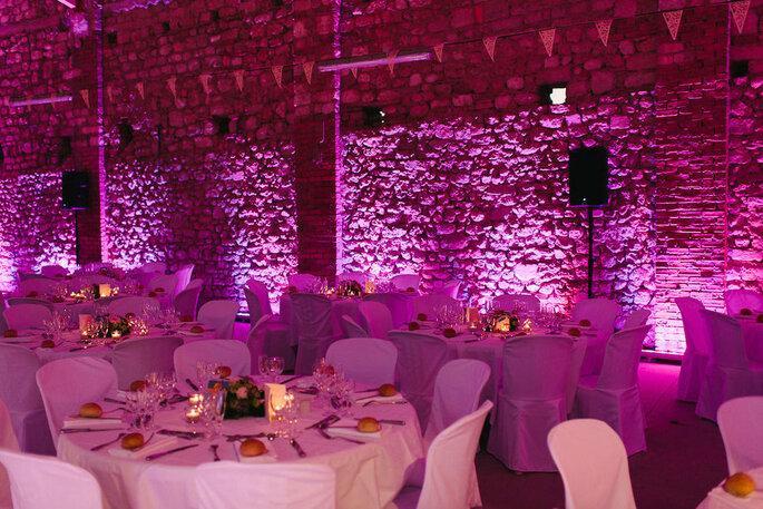 Salle de réception avec une lumière rose tamisée