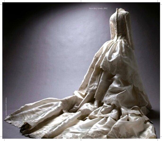 Vestido en encaje rebrodé y organza satinada de seda natural marfil con cola de volantes a juego. Propiedad de Rocío Baez Spínola, 4 de mayo de 2002
