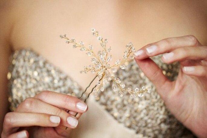 Silberne Accessoires strahlen glamourös und edel – Foto: bhldn