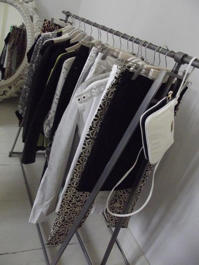 Colores blancos, negros y grises para un outfit con mucho estilo - Foto Melissa