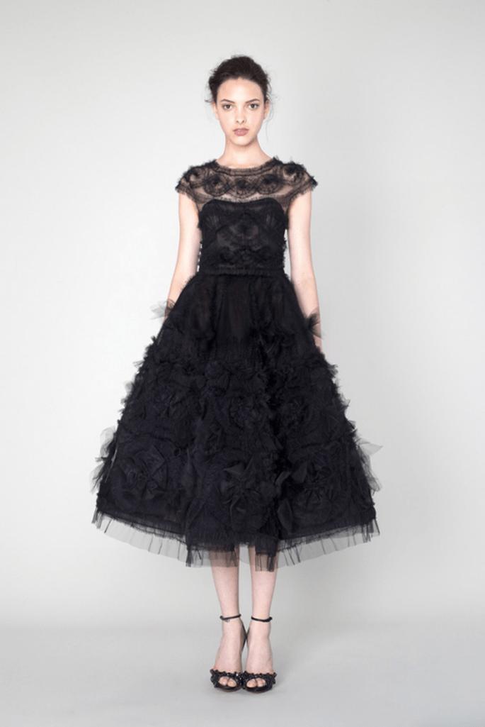 Vestido de fiesta en color negro con mangas cortas y falda amplia texturizada - Foto Marchesa