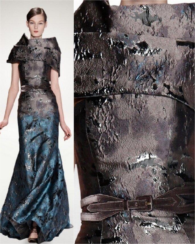 Vestido de noche jacquard turquesa y gris oscuro con cinturón de terciopelo a juego.
