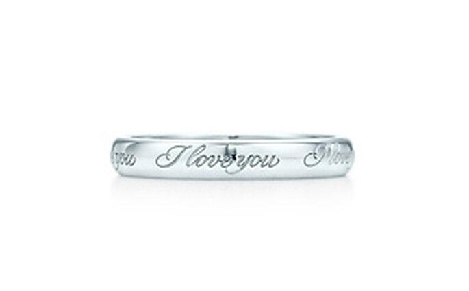 """""""I Love You"""" band ring. Una escritura elegante, inspirado en las invitaciones escritas a mano. Anillo en platino. 3 mm de ancho."""