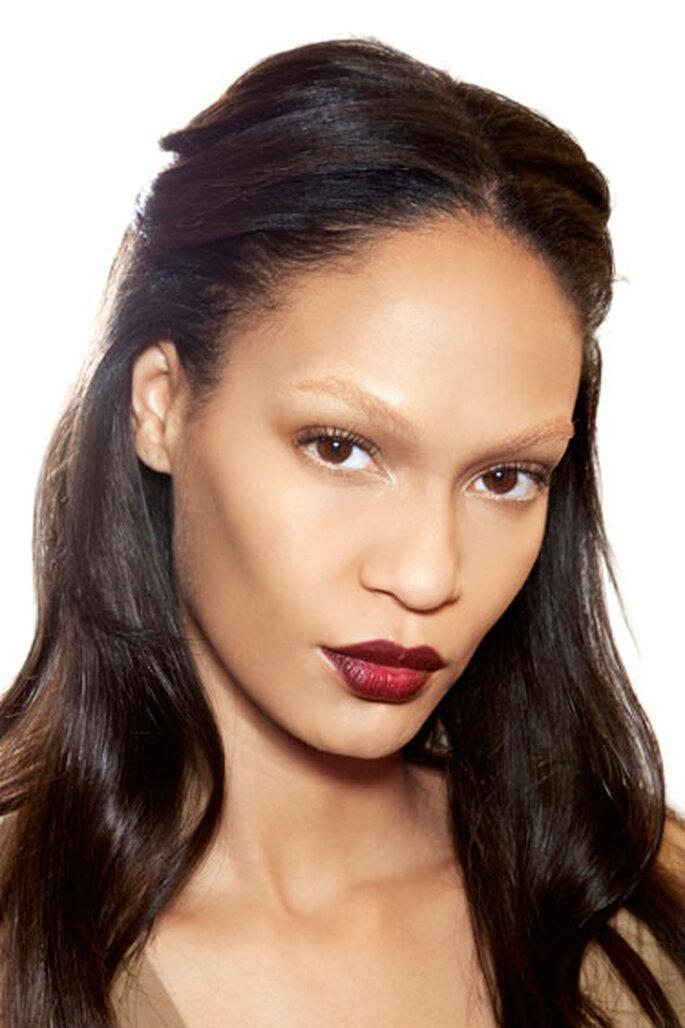 Tipico della stagione autunnale, il rossetto scuro è un tocco glamour anche per la sposa. Foto: MakeupandBeauty.com