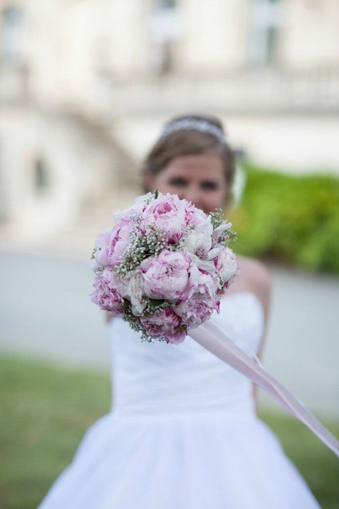 Bouquet compatto di peonie bianche e rosa. Foto: Richard Duart