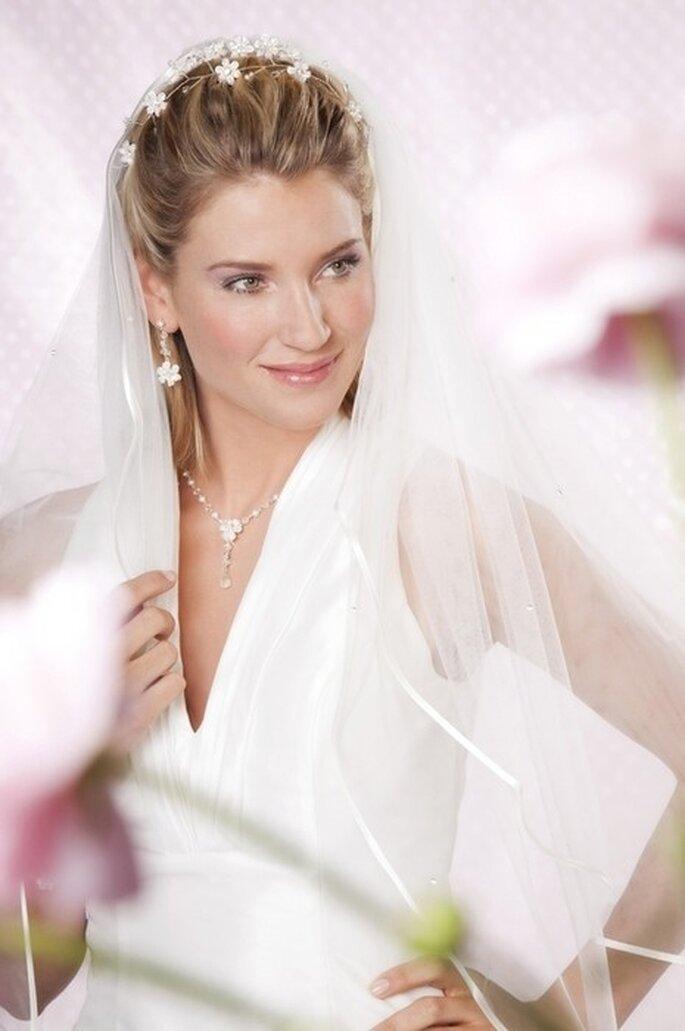 Dezenter Brautschmuck passend zum Kleid und zur Braut - Foto: www.brautschmuck24.com