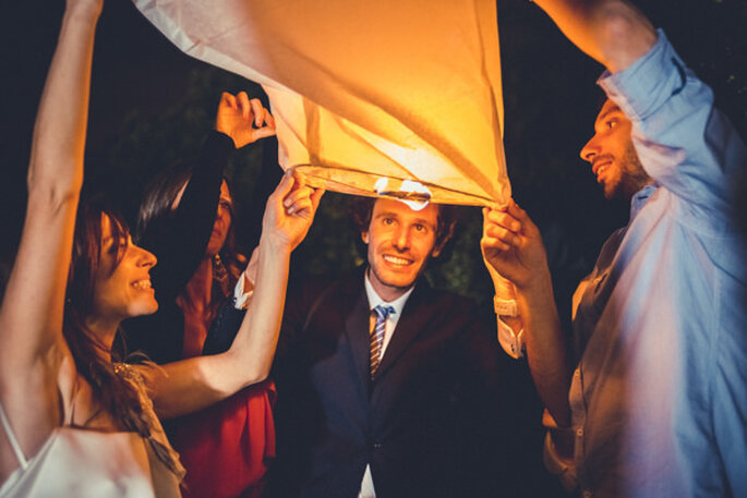 Lámparas de papel voladoras en tu boda. Foto:  M João de Medeiros e Pamela Leite