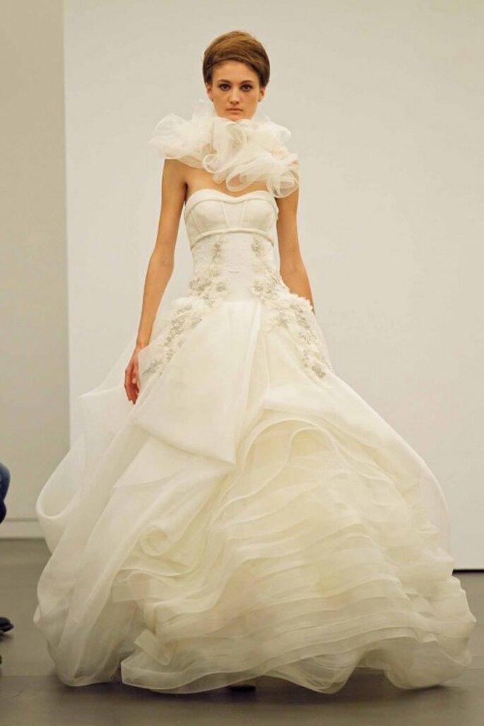 Vestido de novia otoño 2013 con escote strapless y falda con volúmenes en distintos diseños - foto Vera Wang