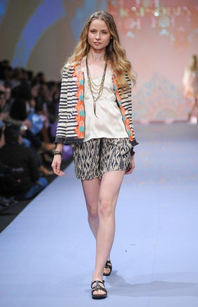 Shorts estampados con top holgado y chaqueta multicolor - Foto Mercedes Benz Fashion Week México