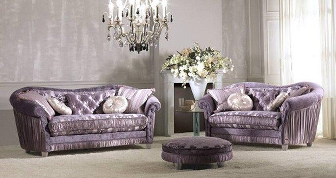 Soggiorno eccentrico con divani in stile antico lilla di KEOMA. Foto: www.bergamin.it