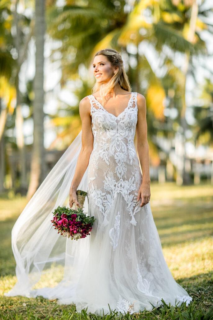 Vestido de noiva: Tetê Rezende Unique - Buquê: Anderson Barbosa – Decoração para Eventos - Foto: Laura Fonseca