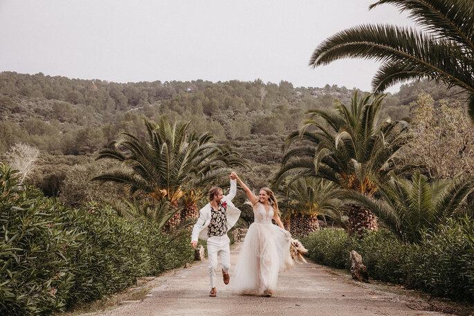 Novios tomados de la mano en boda en Mallorca