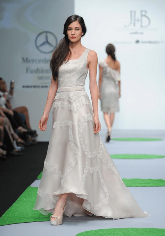 Vestido de fiesta largo en color marfil con tirantes gruesos - Foto Mercedes Benz Fashion Week México