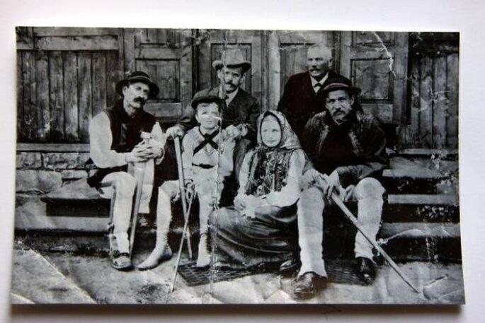 Przerwa-Tetmajer z synem Kazimierzem Stanisławem przed zakopiańską chatą (Fot. Muzeum Tatrzańskie w Zakopanem) http://wyborcza.pl/1,76842,6141343,Literacko_erotyczne_legendy_Mlodej_Polski.html