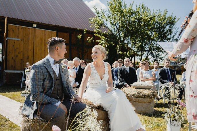 Trauung. Brautpaar vor dem Altar hört der Traurednerin zu