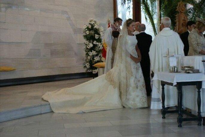 Sole en el altar durante la firma de los testigos en la iglesia