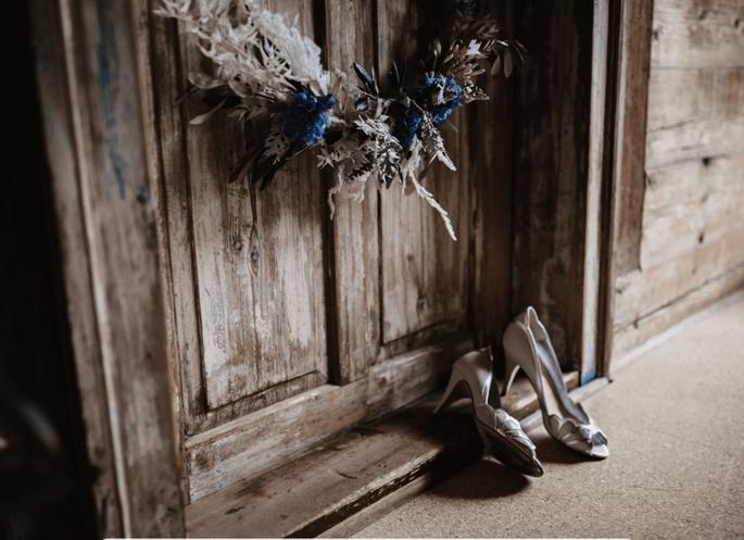 Brautschuhe und Blumenkranz rustikal Hochzeit