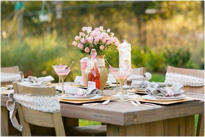 Montaje de mesa con copas de colores oro y rosa con toques brillantes - Foto: Set Free Photography