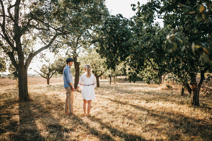 Coupleshoot. Pärchen zwischen Bäumen im Sommer