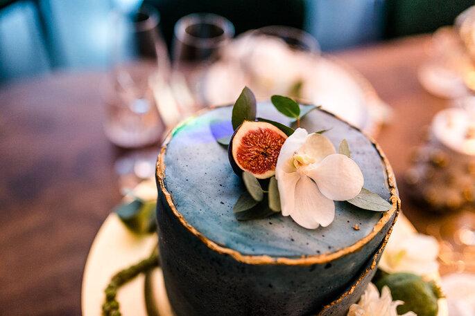 Die Hochzeitstorte von Café Huttenhof mit Feigen- und Blütendekoration.
